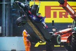 Les commissaires avec une dépanneuse enlevant la voiture de Daniil Kvyat Scuderia Toro Rosso STR12
