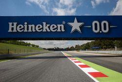 Sfeerbeeld van het circuit en bord van Heineken