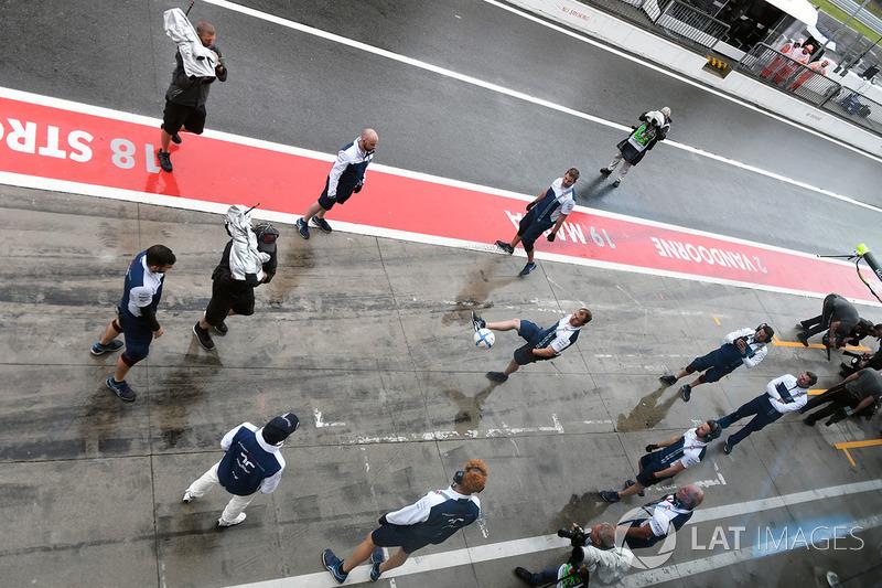 Felipe Massa, Williams y los mecánicos de Williams juegan fútbol en pit-lane