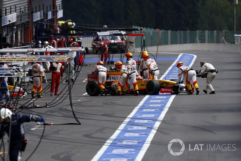 А вскоре в боксы закатили и R29 Фернандо Алонсо – причиной стало колесо, поврежденное в толчее в первом повороте после старта