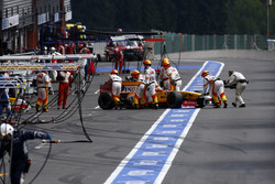 Fernando Alonso, Renault Sport F1 Team R29 returns to the pits and retires from the race