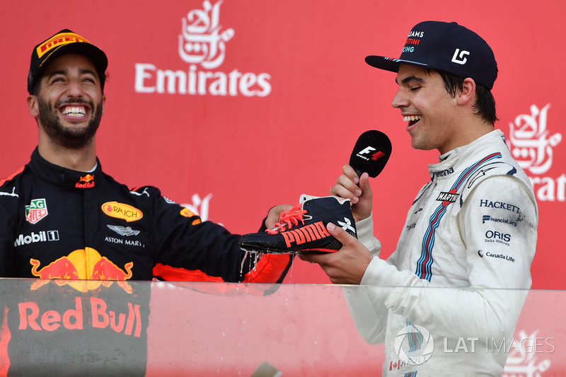 Daniel Ricciardo, Red Bull Racing et Lance Stroll, Williams font un shoey sur le podium