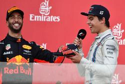Daniel Ricciardo, Red Bull Racing en Lance Stroll, Williams doen een shoey op het podium