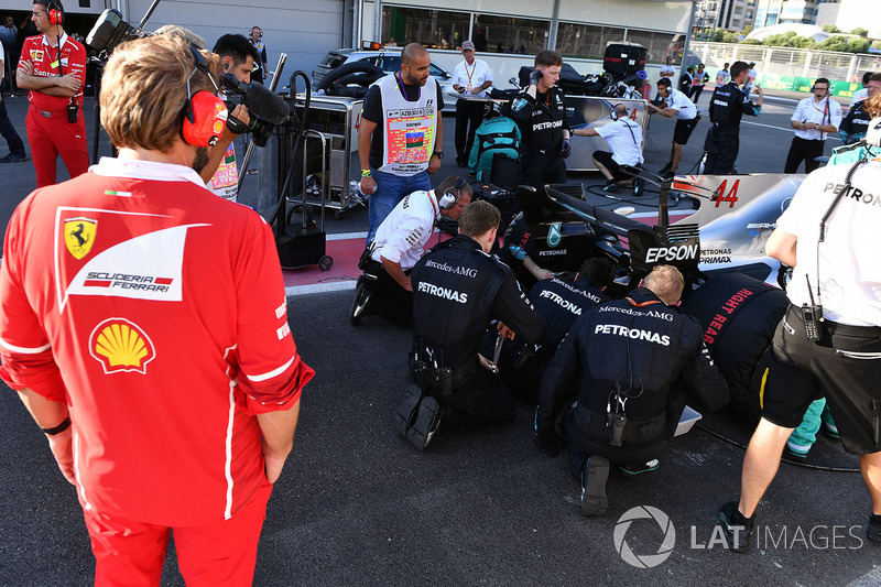 Ferrari mühendisi ve Lewis Hamilton, Mercedes AMG F1 W08