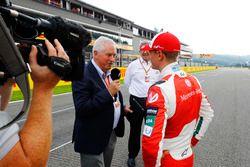 Pat Symonds intervista Mick Schumacher dopo il giro di pista con la Benetton Ford B194, e Ross Brawn, Managing Director del Motorsports, FOM