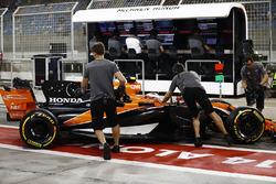 Stoffel Vandoorne, McLaren MCL32, returns to the pits