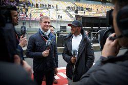 Lewis Hamilton, Mercedes AMG, ve David Coulthard, Sunucu, Channel 4 F1