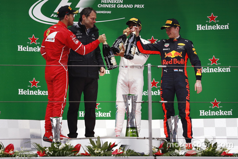 Podium: 2. Sebastian Vettel, Ferrari, Aldo Costa, CHefingenieur, Mercedes AMG; 1. Lewis Hamilton, Mercedes AMG; 3 Max Verstappen, Red Bull Racing, bei der Champgnedusche