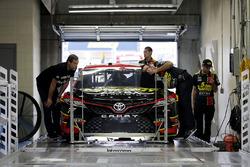 Erik Jones, Furniture Row Racing Toyota denetimden geçiyor