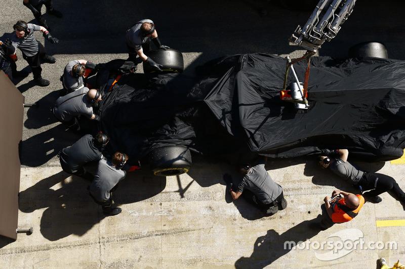 McLaren MCL32 Стоффеля Вандорна повертається на піт-лейн після зупинки на трасі