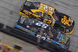 Joey Gase, Jimmy Means Racing Chevrolet e Brendan Gaughan, Richard Childress Racing Chevrolet