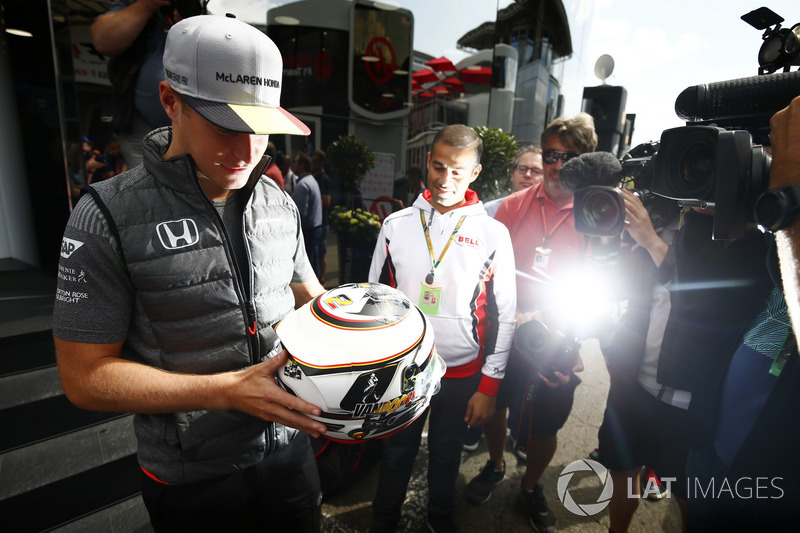 Stoffel Vandoorne, McLaren, esamina il casco davanti ai media