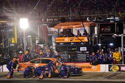 Brad Keselowski, Team Penske Ford, fa un pit stop