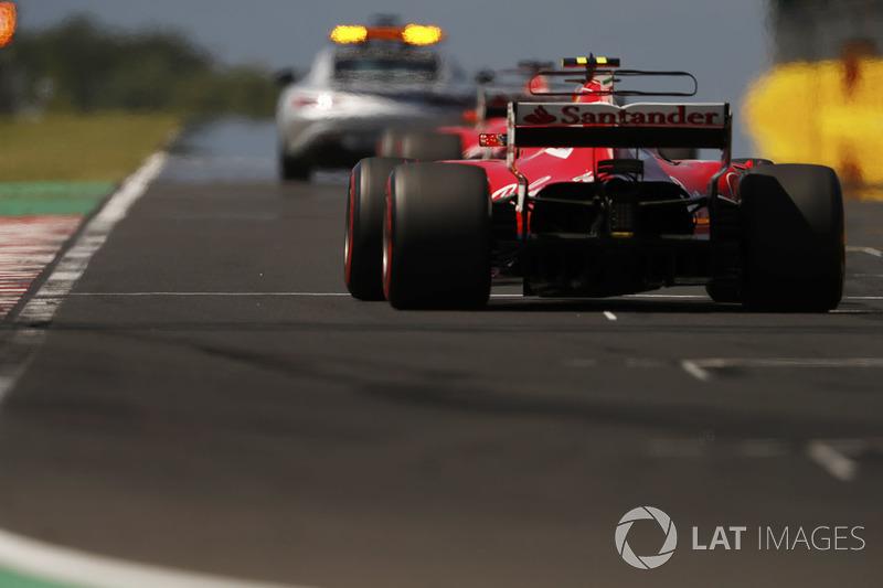 El coche de seguridad al frente de Sebastian Vettel, Ferrari SF70H, Kimi Raikkonen, Ferrari SF70H