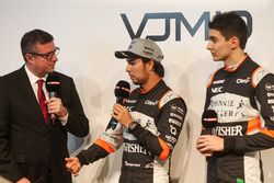 David Croft con Sergio Pérez y Esteban Ocon en el lanzamiento de Sahara Force India