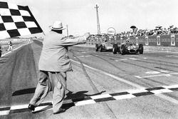 Giancarlo Baghetti, Ferrari 156 takes the win, Dan Gurney, Porsche 718 finishes second