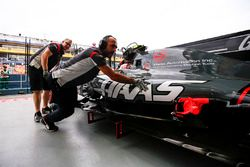 Antonio Giovinazzi, Haas F1 Team VF-17 regresa al garaje