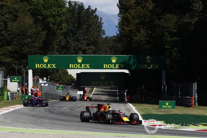 Daniel Ricciardo, Red Bull Racing RB13, Daniil Kvyat, Scuderia Toro Rosso STR12
