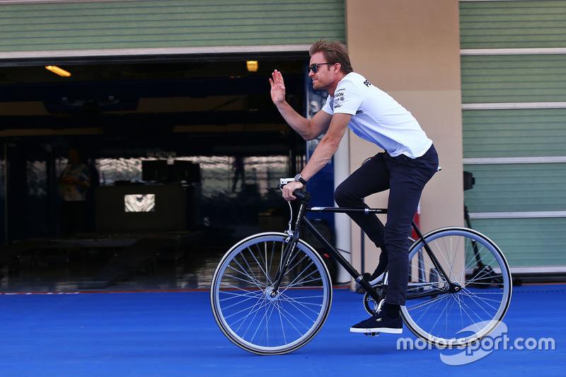 Nico Rosberg, Mercedes AMG F1 llega en una bicicleta