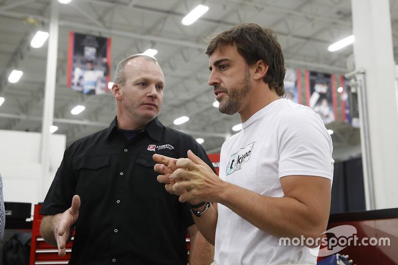 Fernando Alonso parla con gli ingegneri del team Andretti Autosport
