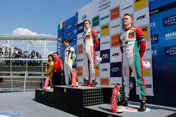 Podio: Ganador de la carrera Callum Ilott, Prema Powerteam, Dallara F317 - Mercedes-Benz, segundo lu
