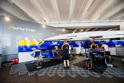 Mechanics prepare the cars of Oliver Rowland, DAMS and Nicholas Latifi, DAMS