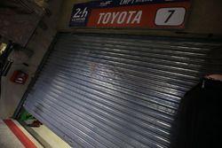 La puerta del garaje del #7 Toyota Gazoo Racing Toyota TS050 Hybrid: Mike Conway, Kamui Kobayashi, S