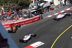 Crash: Stoffel Vandoorne, McLaren MCL32