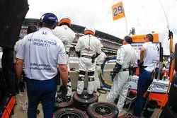 Andretti Autosport Honda crew wait for Fernando Alonso's pitstop