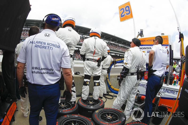 La crew Andretti Autosport Honda in attesa del pitstop di Fernando Alonso