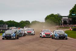 Départ avec Petter Solberg et Johan Kristoffersson, PSRX Volkswagen Sweden, Sébastien Loeb et Timmy Hansen, Team Peugeot-Hansen