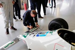 Martin Brundle firma una Williams FW07