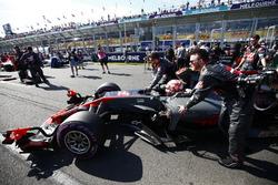 Kevin Magnussen, Haas F1 Team VF-17, arrive sur la grille