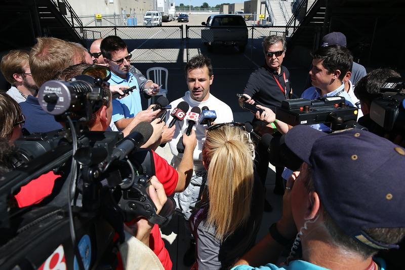 Oriol Servia entrevistado por los medios de comunicación