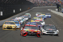 Arrancada: Kyle Busch, Joe Gibbs Racing Toyota Kevin Harvick, Stewart-Haas Racing Ford