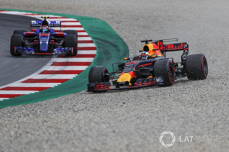 Daniel Ricciardo, Red Bull Racing RB13 se va a la grava frente de Carlos Sainz Jr., Scuderia Toro Rosso STR12
