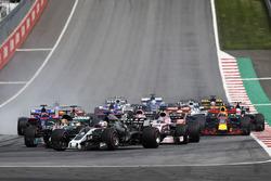 Старт гонки: Ромен Грожан, Haas F1 Team VF-17, Льюис Хэмилтон, Mercedes AMG F1 W08, Серхио Перес, Sahara Force India F1 VJM10