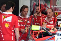 Meccanici Ferrari nel garage