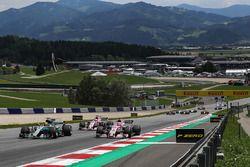 Lewis Hamilton, Mercedes AMG F1 F1 W08 et Esteban Ocon, Sahara Force India VJM10 au départ