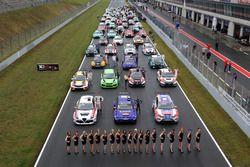 Все автомобили на стартовой решетке