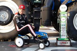 Podium: Race winner Helio Castroneves, Team Penske Chevrolet