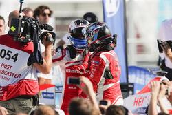 Nick Heidfeld, Mahindra Racing, si congratula con Felix Rosenqvist, Mahindra Racing