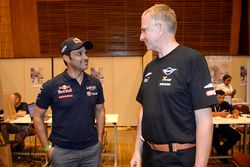 Nasser Al-Attiyah, Toyota Gazoo Racing; Sven Quandt, Teammanager X-Raid Team