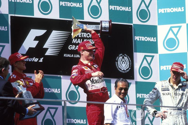Podio: ganador de la carrera Eddie Irvine, Ferrari, segundo lugar Michael Schumacher, tercer lugar Mika Hakkinen, McLaren