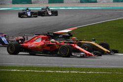Себастьян Феттель, Ferrari SF70H, и Нико Хюлькенберг, Renault Sport F1 Team RS17