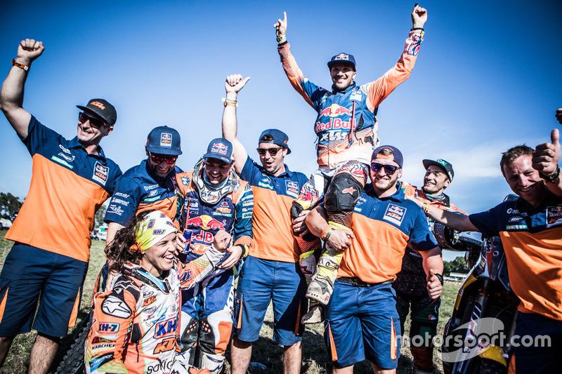 #19 KTM Racing Team: Laia Sanz, #14 Red Bull KTM Factory Racing: Sam Sunderland y #16 Red Bull KTM Factory Racing: Matthias Walkner celebra con el equipo