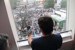 Fernando Alonso observa y toma una foto a sus fans