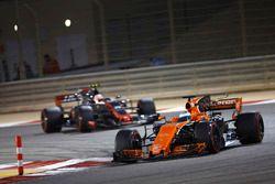 Fernando Alonso, McLaren MCL32, devance Kevin Magnussen, Haas F1 Team VF-17