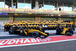 Carlos Sainz Jr., Renault Sport F1 Team et Nico Hulkenberg, Renault Sport F1 Team à la photo d'équipe