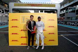 Гонщик Mercedes AMG F1 Льюис Хэмилтон и Мадс Сёренсен